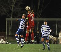 AA GENT LADIES - FC TWENTE :<br /> Anouk Dekker (R) klimt hoger dan Jessie Taets (L)<br /> foto Dirk Vuylsteke / Nikonpro.be