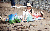 UK Weather: Sunday 8th May 2016 Aberystwyth, Ceredigion, West Wales.  People are out in force today taking full advantage of the summer heat, with temperatures of 23 in town. With temperatures reportedly hitting 25 in other parts of the United Kingdom.  © Veteran Photography