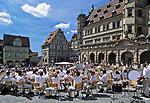 Deutschland, Bayern, Franken, Rothenburg ob der Tauber: Jugend-Blasorchester auf dem Marktplatz   Germany, Bavaria, Franconia,