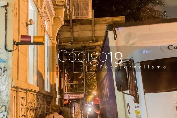 Rio de Janeiro (RJ), 31/10/2019 - Acidente-Rio - Caminhão fica enroscado entre ferros que faz sustentação num reparo de um prédio antigo na rua das Laranjeiras, zona sul do Rio de Janeiro na noite desta quinta-feira (31). (Foto: Ellan Lustosa/Código 19/Código 19)