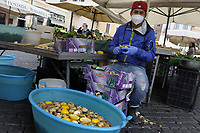 CoviTime.<br /> Roma al tempo del Coronavirus. Scene di vita quotidiana nel mercato di Campo de' Fiori.<br /> Covi Time.<br /> Rome at the time of the Coronavirus. <br /> Images of daily life in Campo de' Fiori market.
