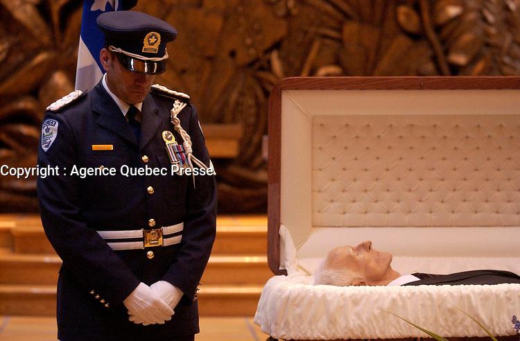 February 12, 2004 -  Wake of Claude Ryan<br /> , former leader of the Liberal Party of Quebec, former editor, Le Devoir<br /> <br /> Archive - 12 fevrier 2004 - Le cerceuil  de Claude Ryan, ancien chef du PLQ et ancien redacteur en chef du Devoir, a la Basilique Notre-Dame