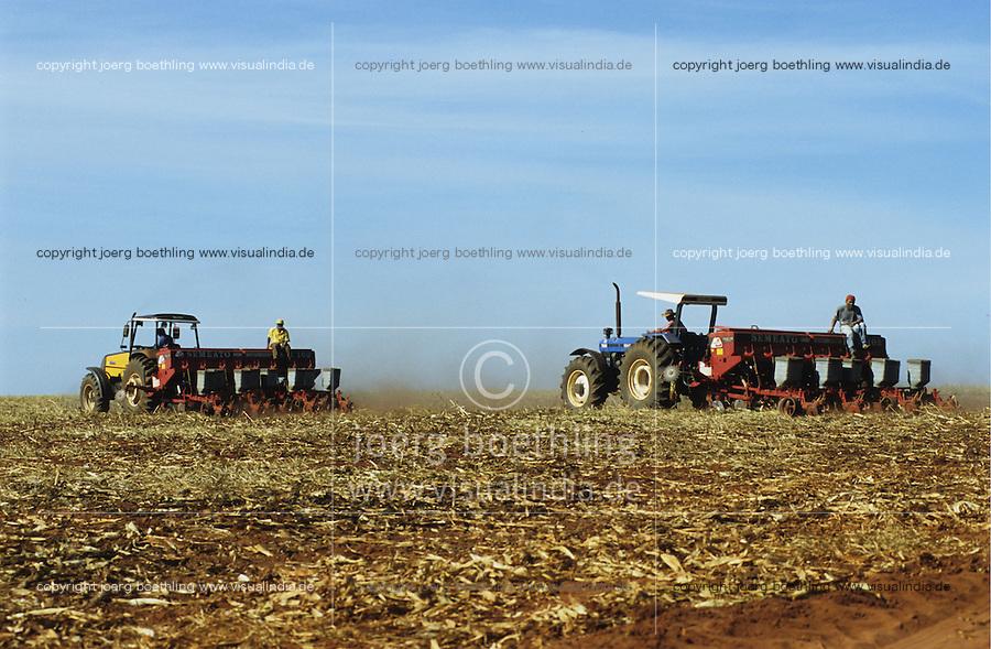 BRASILIEN Bundesstaat Sao Paulo, auf riesigen landwirtschaftlichen Flaechen wird Soja fuer Export als Viehfutter und Zuckerrohr u.a. zur Herstellung von Biosprit Ethanol oder Zucker angebaut , Pfluegen und Aussaat von Soya nach Aberntung von Zuckerrohr / BRAZIL state Sao Paulo, cultivation of soya as animal fodder and sugar cane for processing of sugar or bioethanol as biofuel , tractor with sowing machine for sowing of soya after sugarcane harvest