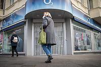"""Eindruecke vom ersten Tag des zweiten sog. """"Corona-Lockdown"""" aus der Berliner Sclossstrasse, eine der beliebtesten Einkaufsstrassen.<br /> Im Bild: Eine geschlossene Filiale des Internet- und Mobilfunkanbieters O2.<br /> 16.12.2020, Berlin<br /> Copyright: Christian-Ditsch.de"""