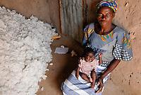 Burkina Faso , Helvetas  fair trade and organic cotton project, woman of farmer Boukoungou Wenneda of cooperative UNPCB in village Kayao near Ouagadougou / Burkina Faso fairtrade und Biobaumwolle Projekt