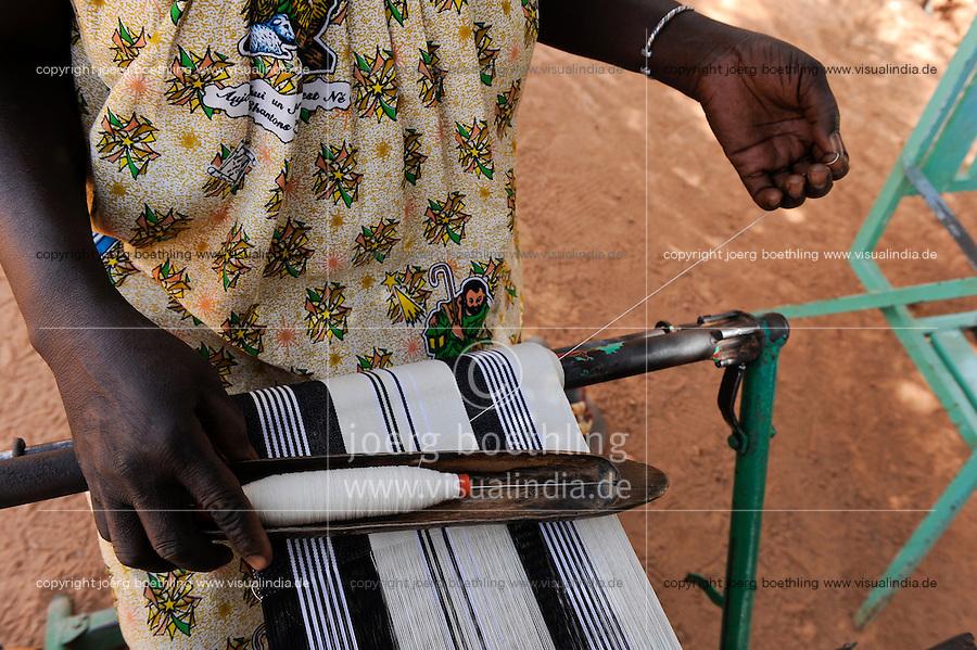 BURKINA FASO Kaya, diocese bank gives micro loan for income generation, women group with weaving loom / BURKINA FASO Kaya, Bank der Dioezese Kaya vergibt Mikrokredite fuer Kleinunternehmer zur Einkommensfoerderung, Frauen Kreditgruppe (Webstuehle)
