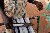 BURKINA FASO Kaya, diocese bank gives micro loan for income generation, women group with weaving loom / BURKINA FASO Kaya, Bank der Dioezese Kaya vergibt Mikrokredite fuer Kleinunternehmer zur Einkommensfoerderung, Frauen Kreditgruppe (Webstuehle)