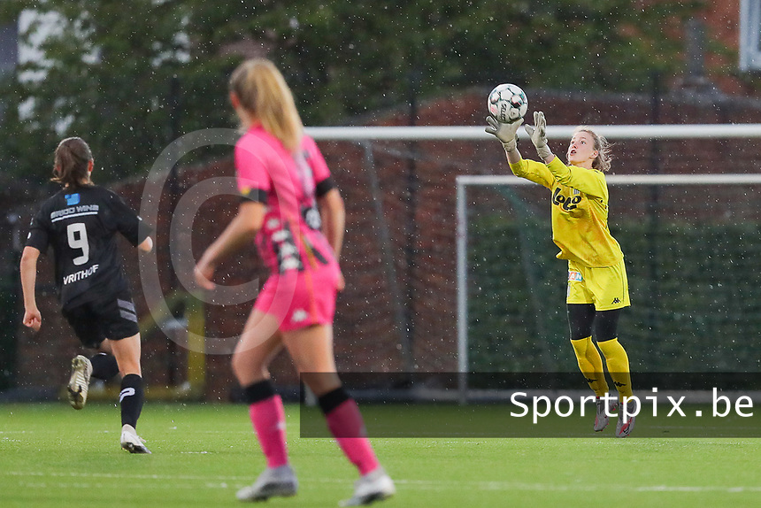 goalkeeper Ambre Collet (1) of Sporting Charleroi makes a save during a female soccer game between Sporting Charleroi and White Star Woluwe on the 7 th matchday in play off 2 of the 2020 - 2021 season of Belgian Scooore Womens Super League , friday 14 th of May 2021  in Marcinelle , Belgium . PHOTO SPORTPIX.BE | SPP | Sevil Oktem