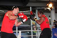 Weltmeister Wladimir Klitschko (UKR) trainiert mit Trainer Emanuel Steward mit den Pratzen