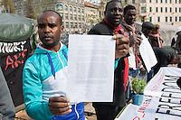 Fluechtlingscamp auf dem Oranienplatz in Berlin-Kreuzberg.<br />In langwierigen Verhandlungen haben Verantwortlich von Bezirk und Senat mit einem Teil der auf dem Lampedusa-Fluechttlinge, die seit ueber 1 1/2 Jahren auf dem Kreuzberger Oranienplatz campieren, eine Abmachung getroffen in der festgehalten ist, dass die Fluechtlinge in eine feste Unterkunft einziehen koennen und ihre Antraege auf Asyl wohlwollend geprueft werden. Das Verhandlungsergebnis wurde am Dienstag den 1. April 2014 auf einer improvisierten Pressekonferenz vom selbsternannten Wortfuehrer der Oranienplatz-Fluechtlinge vorgetragen. Zur Bekraeftigung zeigte er zu der Vereinbarung eine Liste mit Unterschriften von umzugswilligen Fluechtlingen. Fluechtlinge die schon vor einem Jahr in eine ebenfalls in Kreuzberg gelegene leerstehende Schule gezogen waren, sind laut eigener  von Bezirk, Senat und dem selbsternannten Sprecher nicht in die Verhandlungen mit einbezogen worden. Dennoch behauptete der selbsternannte Fluechtlingssprecher, sie seien mit der Vereinbarung einverstanden. Auf der Pressekonferenz brach daraufhin ein lautstarker Streit unter den Fluechtlingen aus. Die Fluechtlinge aus der Schule fuehlten sich zum wiederholten Mal vom selbsternannten Sprecher hintergangen.<br />Etwa 25-30 Fluechtlinge vom Oranienplatz begaben sich dann zu der angebotenen Unterkunft in dem benachbarten Stadtteil Friedrichshain.<br />Im Bild: Die Fluechtlinge praesentieren die Vereinbarung und die Unterschriftenlisten. 2.vl. der selbsternannte Sprecher der Fluechtlinge vom Oranienplatz.<br />1.4.2014, Berlin<br />Copyright: Christian-Ditsch.de<br />[Inhaltsveraendernde Manipulation des Fotos nur nach ausdruecklicher Genehmigung des Fotografen. Vereinbarungen ueber Abtretung von Persoenlichkeitsrechten/Model Release der abgebildeten Person/Personen liegen nicht vor. NO MODEL RELEASE! Don't publish without copyright Christian-Ditsch.de, Veroeffentlichung nur mit Fotografennennung, sowie gegen Honorar, MwSt. und Beleg. 