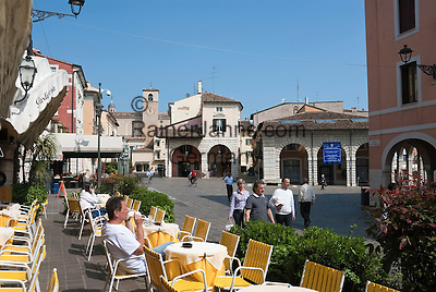 Italy, Lombardia, Lake Garda, Desenzano del Garda: small harbour at South Bank of Lake Garda, Old town, pavement cafe   Italien, Lombardei, Gardasee, Desenzano del Garda: kleiner Hafen am Suedufer des Gardasees, Altstadt, Strassencafe
