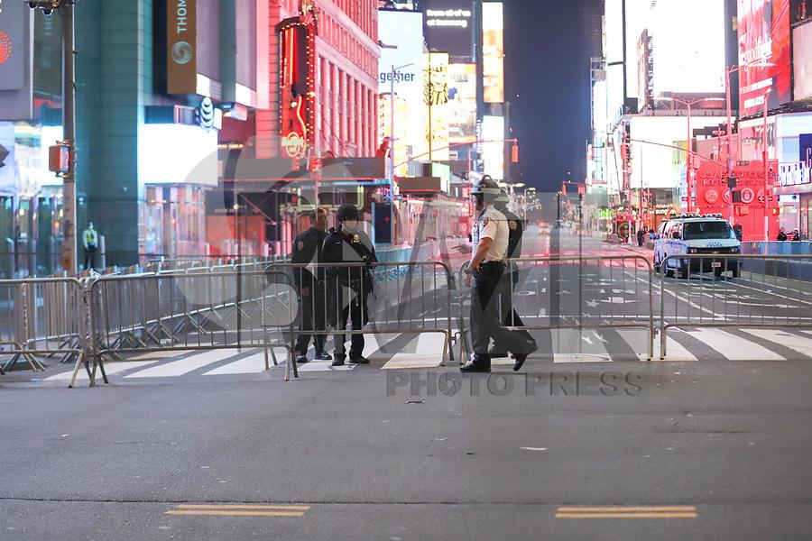 NOVA YORK, EUA, 02.06.2020 - PROTESTO-EUA -  A Times Square foi fechada após mais uma dia de protestos por justiça pela morte de George Floyd, o prefeito Bill De Blasio decretou toque de recolher das 23 horas até as 5 horas da manhã na cidade de Nova York nos Estados  Unidos na madrugada desta terça-feira, 02. (Foto: Vanessa Carvalho/Brazil Photo Press/Folhapress)