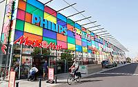Nederland Almere 2017 . Gevel van de Mediamarkt. Het gebouw is een ontwerp van William Alsop. Foto Berlinda van Dam / Hollandse Hoogte