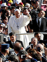 Papa Francesco saluta i fedeli al suo arrivo all'udienza generale del mercoledi' in Piazza San Pietro, Citta' del Vaticano, 6 novembre 2013.<br /> Pope Francis waves to faithful as he arrives for his weekly general audience in St. Peter's Square at the Vatican, 6 November 2013.<br /> UPDATE IMAGES PRESS/Riccardo De Luca<br /> <br /> STRICTLY ONLY FOR EDITORIAL USE