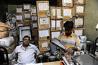 INDIA, West Bengal, Kolkata, tea shop sells Assam and Darjeeling teas / INDIEN, Westbengalen, Kalkutta, Teeladen verkauft Teesorten aus Darjeeling und Assam