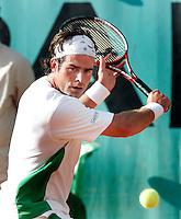 2006, tennis Paris, Roland Garros, Raemon Sluiter  gets a ticket to the seccond round after Nieminnen gives up