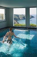"""Europe/France/Bretagne/56/Morbihan/Belle-Ile/Bangor: l'Hotel-Restaurant """"Le Castel Clara""""  à l'anse de Port  Goulphar- La piscine de la Thalassothérapie"""
