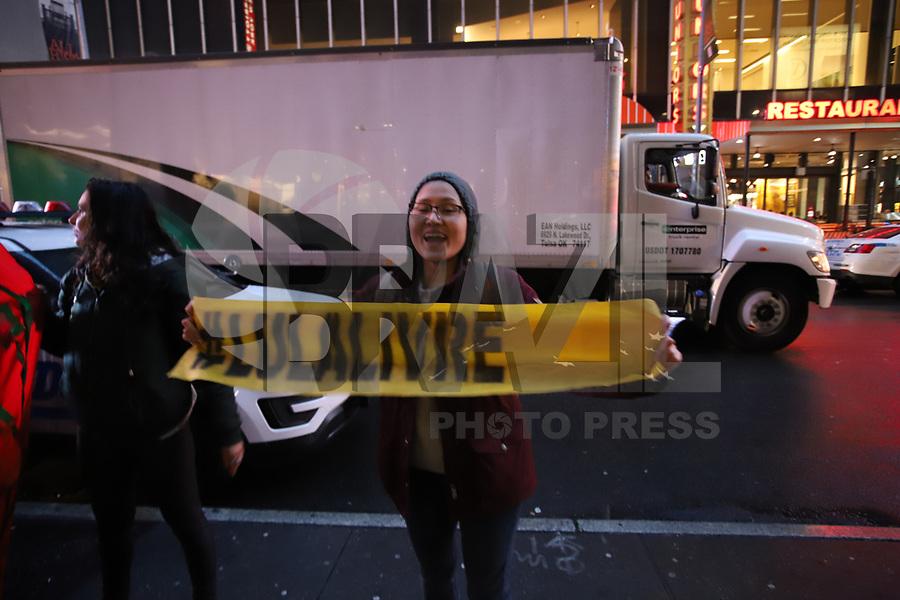 Nova York (EUA), 14/05/2019 - Protesto / Eua / Bolsonaro - Brasileiros contrários ao governo de Jair Bolsonaro durante protesto em frente ao hotel Marriott onde acontece o prêmio Personalidade do Ano, onde o presidente seria homenageado, mas cancelou sua presença na Times Square em Nova York nos Estados Unidos na noite desta terça-feira. (Foto: Vanessa Carvalho/Brazil Photo Press)