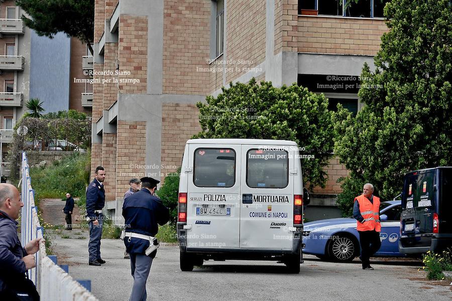 - NAPOLI 22 APR  2014 - IL cadavere di Roberto Calenda, 45 anni, scoperto nell'Istituto comprensivo Cesare Pavese in via Domenico Fontana, aveva le mani legate dietro la schiena con una fascia di plastica.