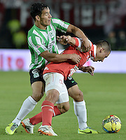BOGOTÁ -COLOMBIA, 07-05-2014. Luis Carlos Arias (Der) de Independiente Santa Fe disputa el balón con Diego Alejandro Arias (Izq) del Atlético Nacional durante partido de ida por las semifinales de la Liga Postobón  I 2014 jugado en el estadio Nemesio Camacho el Campín de la ciudad de Bogotá./ Independiente Santa Fe player Luis Carlos Arias (R) fights for the ball with Atletico Nacional player Diego Alejandro Arias (L) during first leg match for the semifinals of the Postobon League I 2014 played at Nemesio Camacho El Campin stadium in Bogotá city. Photo: VizzorImage/ Gabriel Aponte / Staff