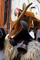 Karnevalsmasken bei der Calvalcata Sarda in  Sassari,  Provinz Sassari, Nord - Sardinien, Italien.Die Cavalcata Sarda ist ein großer Umzug von Folkloregruppen aus ganz Sardinien