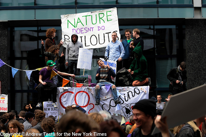 UK. London. 1st April 2009.. Climate camp demonstrators take over Bishopsgate, office workers look on..©Andrew Testa for the New York times