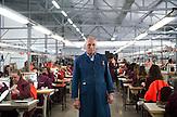 """In Suhareka, einer<br /> Stadt im Südkosovo, steht die Schuhfabrik<br /> Solid, gegründet 1995 und eine der<br /> erfolgreichsten Firmen des Landes. Das<br /> Familienunternehmen mit 270 Mitarbeitern<br /> stellt täglich 1200 Paar Lederschuhe<br /> her, vor allem für den einheimischen<br /> Markt. Ein wachsender Anteil wird aber<br /> auch exportiert. Nach Albanien, Mazedonien,<br /> Italien oder Deutschland / Employees at the  Shoe Factory """"Solid"""" near the town of Suhareka"""