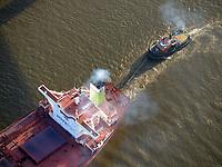 Schlepper Bugsier 9 rangiert Bergebulk Arctic: EUROPA, DEUTSCHLAND, HAMBURG, (EUROPE, GERMANY), 31.13.2013  Schlepper Bugsier 9 rangiert Bergebulk Arctic aus dem Hansahafen über den Köhlbrand in der Elbe.