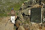 Patrice de Bellefon passant devant la plaque de l'Unesco inscrivant le Mont Perdu sur le patrimoine mondial.Pyrénées centrales. Parc national des Pyrénées. Patrimoine mondial de l'Unesco. France.The French Pyrenees. France