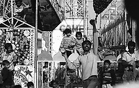 11.2008  Pushkar (Rajasthan)<br /> <br /> Man playing kite during the fair.<br /> <br /> Homme avec son cerf-volant pendant la foire.