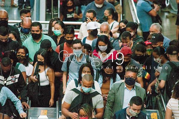 SÃO PAULO, SP, 26.01.2021:  Movimentação CPTM  - Em meio ao aumento de caso de Covid -19 , passageiros  se aglomeram nas plataformas da estação da Luz da CPTM  região central da cidade de São Paulo , na manhã desta terça -feira  (26).