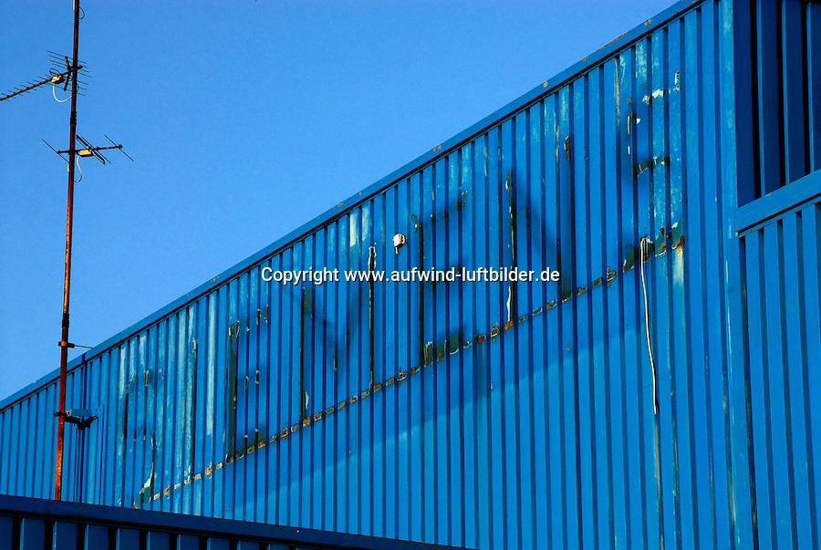 Siemens: EUROPA, DEUTSCHLAND, HAMBURG, (EUROPE, GERMANY), 28.11.2006:Europa, Deutschland, Hamburg, Siemens, Gebaeudeschrift, Schrift, Schriftzug, Logo, Zeichen, Marke, Werbung, abmontiert, demontiert, blau, Fassade, Wellblech, Gebaeude, Rost, verrostet, Rueckstaende, Reste, Ueberreste, Hersteller, verkommen, heruntergekommen, verwaschen, undurchsichtig,   # ad, advertising, arrearages, blue, brand, building, buildings, carryovers, char, character, characters, chars, corrugated sheet iron, courtship, edifice, europe, fabricator, facade, figure, font, germany, grate, gridiron, grill, hamburg, icon, label, leavings, logo, make, manufacturer, mark, oddments, pickings, producer, remainders, remains, remnants, residua, residues, residuums, rust, rusted, script, scripture, sign, signal, signature, sort, storefront, symbol, token, trademark, type, writing