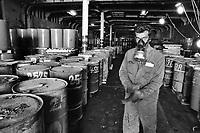 - unload of toxic refusals cans found on the motor-ship Zanoobia  that transported them clandestinely....- Scarico dei fusti di rifiuti tossici trovati sulla motonave  Zanoobia che li trasportava clandestinamente........