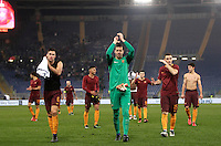 Calcio, Serie A: Roma vs ChievoVerona. Roma, stadio Olimpico, 22 settembre 2016.<br /> Roma's players greet fan at the end of the Italian Serie A football match between Roma and Chievo Verona, at Rome's Olympic stadium, 22 December 2016. Roma won 3-1.<br /> UPDATE IMAGES PRESS/Isabella Bonotto