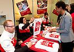 Calgary, Alta. - 31/3/2014 - Para-snowboarder Michelle Salt and fellow Canadian Paralympic Team athletes sign Paralympian Welcome Home banners for CIBC staff, friends and family at the Calgary Paralympian Welcome Home event. Photo: The Canadian Press Images/Larry MacDougal<br /> Calgary, Alta. - 31/3/2014 – L'athlète de para-snowboard Michelle Salt et ses coéquipiers de l'équipe paralympique canadienne signent les bannières de la fête de retour des paralympiens pour le personnel de la CIBC, les amis et les familles lors de la fête de retour des paralympiens au centre bancaire de la Bow Tower à Calgary. (Photo: Canadian Press Images/Larry MacDougal)