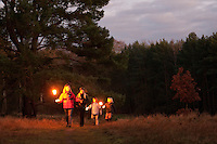 Kinder bei einem abendlichen Fackellauf, Fackel, Fackeln, Feuer, Nachtwanderung, Nacht-Wanderung