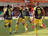 ENVIGADO - COLOMBIA, 14–08-2021: Jugadores de Alianza Petrolera celebran el gol anotado al Envigado F. C., durante partido entre Envigado F. C. y Alianza Petrolera de la fecha 5 por la Liga BetPlay DIMAYOR II 2021, en el estadio Polideportivo Sur de la ciudad de Envigado. / Players of Alianza Petrolera celebrate the scored goal to Envigado F. C., during a match between Envigado F. C., and Alianza Petrolera of the 5th date for the BetPlay DIMAYOR II League 2021 at the Polideportivo Sur stadium in Envigado city. / Photo: VizzorImage / Donaldo Zuluaga / Cont.