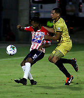 BARRANQUILLA-COLOMBIA, 20-09-2020: Luis Gonzalez de Atletico Junior y Oscar Hernandez de Rionegro Aguilas Doradas disputan el balon, durante partido entre Atletico Junior y Rionegro Aguilas Doradas, de la fecha 9 por la Liga BetPlay DIMAYOR I 2020, jugado en el estadio Romelio Martinez de la ciudad de Barranquilla. / Luis Gonzalez of Atletico Junior and Oscar Hernandez of Rionegro Aguilas Doradas battle for the ball, during a match between Atletico Junior and Rionegro Aguilas Doradas of the 9th date for the BetPlay DIMAYOR I Leguaje 2020 played at the Romelio Martinez Stadium in Barranquilla city. / Photo: VizzorImage / Jairo Cassiani / Cont.