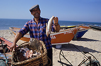 Europe/Portugal/Env de Figueira Da Foz : Petit port de Buarcos - Pêcheur