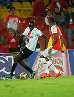 BOGOTA - COLOMBIA - 24-04-2016: William Tesillo (Der.) jugador de Independiente Santa Fe disputa el balón con Oscar Caicedo (Izq.) jugador de Cortulua, durante partido por la fecha 6 entre Independiente Santa Fe y Cortulua, de la Liga Aguila I-2016, en el estadio Nemesio Camacho El Campin de la ciudad de Bogota.  / William Tesillo (R) player of Independiente Santa Fe struggles for the ball with Oscar Caicedo Velasco (L) player of Cortulua, during a match of the 6 date between Independiente Santa Fe and Cortulua, for the Liga Aguila I -2016 at the Nemesio Camacho El Campin Stadium in Bogota city, Photo: VizzorImage / Luis Ramirez / Staff.