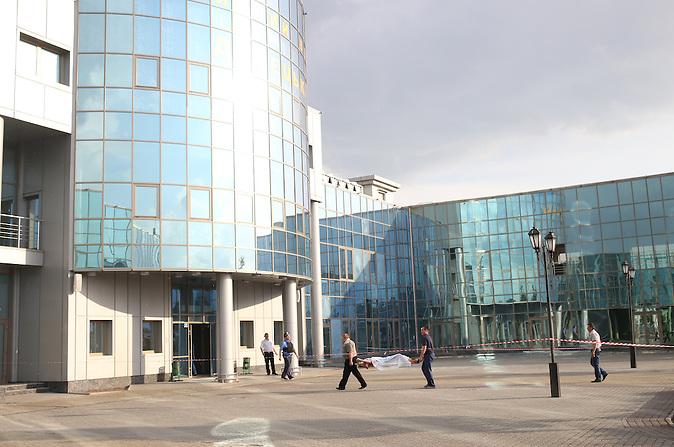 Ein Toter wird in Donezk zum Bahnhofsgebäude gebracht. Lt. Aussage von Passanten Opfer von Granatsplittern