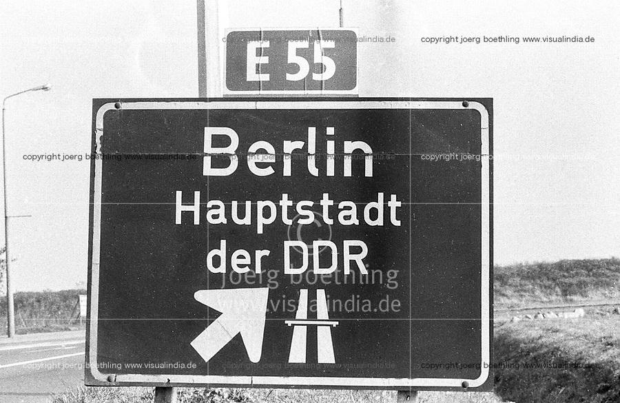 Ostdeutschland, DDR, Deutsche Demokratische Republik, E55 Autobahn Rostock-Berlin, Schild Berlin Hauptstadt der DDR / East Germany, German Democratic Republic, E55 highway Rostock-Berlin with signboard Berlin capital of GDR, 1987