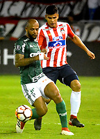 BARRANQUIILLA - COLOMBIA, 01-03-2018: Jorge Arias de la Hoz (Der) del Atlético Junior de Colombia disputa el balón con Felipe Melo (Izq) jugador de Palmeiras de Brasil durante partido por la fecha 1, grupo H, de la Copa CONMEBOL Libertadores 2018  jugado en el estadio Metropolitano Roberto Meléndez de la ciudad de Barranquilla. / Jorge Arias de la Hoz (R) player of Atlético Junior of Colombia struggles the ball with Felipe Melo (L) player of Palmeiras of Brazil during match for the date 1, group H, of the Copa CONMEBOL Libertadores 2018 played at Metropolitano Roberto Melendez stadium in Barranquilla city.  Photo: VizzorImage/ Alfonso Cervantes / Cont