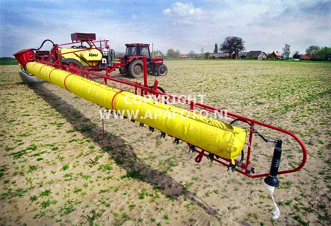 Laag Keppel . 210400  Foto: Koos Groenewold / APA<br />Loonbedrijf Eugelink uit Laag Keppel was vanmiddag bezig met het spuiten tegen onkruid op een stuk land waar mais moet komen te staan.