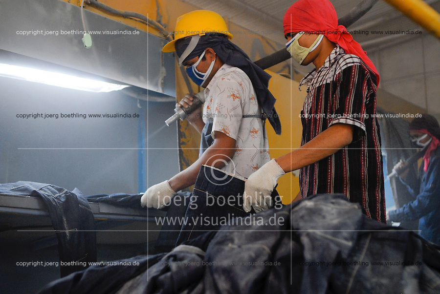 BANGLADESH, textile industry in Dhaka, company Beximco produce Denim jeans trouser for export for western discounter, sandblast department / BANGLADESH, Textilbetrieb Beximco in Dhaka produziert Jeanshosen fuer den Export fuer westliche Textildiscounter u.a. Tom Tailor, Abteilung styling mit Sandstrahl