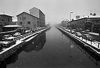 - periferie di Milano, il Naviglio Grande sotto la neve (gennaio 1986)....- Milan outskirtses, the Naviglio Grande canal under the snow (January 1986)