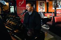 Ralf Baitinger spielt ein Wunschlied von Gerd Schulmeyer (DKP/LL) - Mörfelden-Walldorf 05.02.2021: Talk auf der Pianobank