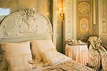 Frankreich, Provence-Alpes-Côte d'Azur, Halbinsel Cap Ferrat: Schlafzimmer der Villa Ephrussi de Rothschild, auch bekannt als Villa Ile-de-France zwischen Villefranche-sur-Mer und Beaulieu-sur-Mer | France, Provence-Alpes-Côte d'Azur, peninsula Cap Ferrat: sleeping room of Villa Ephrussi de Rothschild, also known as Villa Ile-de-France  between Villefranche-sur-Mer and Beaulieu-sur-Mer