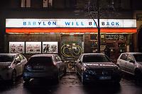"""Auswirkungen der Corona-Krise.<br /> Im Bild: Das geschlossene Kino """"Babylon"""" in Berlin-Kreuzberg. Die Betreiber haben den Schriftzug """"Babylon will be back"""" auf der Werbetafel ueber dem Eingang angebracht.<br /> 19.1.2021, Berlin<br /> Copyright: Christian-Ditsch.de"""