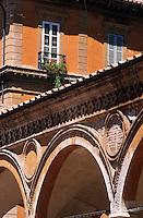 Europe/Italie/Emilie-Romagne/Bologne : Arcades de l'église des Servi et maison
